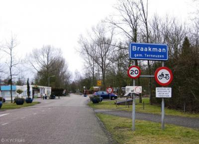 Hoek, Braakman. Ook hier een officieel blauw plaatsnaambord bij een niet-plaats, namelijk een bungalowpark.