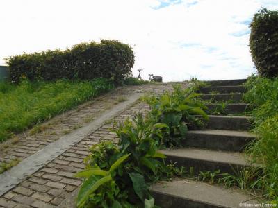 Naast een trap op de dijk in buurtschap Hoekeinde is een historische stenen peilschaal ingemetseld. De peilschaal dateert uit de tweede helft van de 19e eeuw. Hij is teruggevonden bij dijkverbeteringswerkzaamheden in 1996.