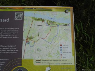 NW van buurtschap Hoekeinde bij Sleeuwijk ligt natuurgebied de Sleeuwijkerwaard, NO van de buurtschap ligt natuurgebied Groesplaat. Door beide gebieden loopt een wandelroute. Zie verder het hoofdstuk Landschap etc.