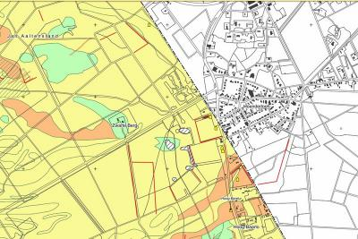 Op deze kaart is goed te zien dat de grens tussen Hoenderloo, gem. Apeldoorn (wit) en Hoenderloo, gem. Ede (geel) strak W langs de dorpskern loopt. De grens loopt zelfs door ontmoetingscentrum Veldheim! (© gemeente Ede)