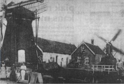 Hogebrug, krantenfoto van de Poppelendamse Molen (links) en de poldermolen (rechts), in ieder geval van vóór 1926, want in dat jaar zijn de wieken van de Poppelendamse Molen verwijderd.