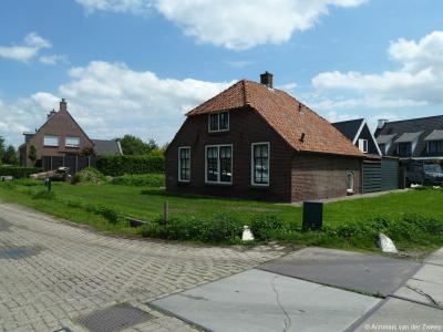 Buurtschap Holkerveen heeft 1 gemeentelijk monument, zijnde het pand op Koolhaaspark 28, onderdeel van het sociaal woningbouwcomplex.