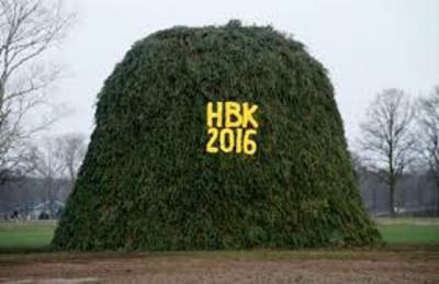 Holterbroek is een van de Holtense buurtschappen die jaarlijks zijn beste beentje voorzet om niet per se het grootste, maar wel het mooiste paasvuur, oftewel boake, te bouwen. Ook in 2016 zijn ze daar weer goed in geslaagd! (© www.holterbrook.nl)