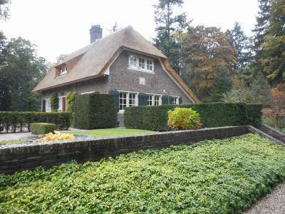 Een van de pareltjes in buurtschap Hoog Baarlo is het rijksmonumentale landhuis De Roek uit 1930, dat in 2016 van een nieuw rieten dak is voorzien. (© Hans van Embden)