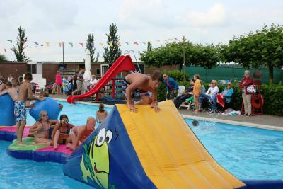 De inwoners van Hoogblokland zijn terecht trots op hun prachtige zwembad dat zij eind jaren zeventig met veel inwoners met 'twee rechterhanden' zelf gebouwd hebben, en sinds 2016 is het dorp ook eigenaar van het zwembad. (© www.facebook.com/dehogekamp)
