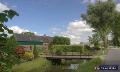 Als je vanuit de Leerbroekse buurtschap Middelkoop de Leerdamse buurtschap Hoogeind binnenkomt, en dan naar links kijkt, kun je genieten van dit mooie ensemble.