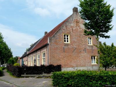 Dit rijksmonumentale pand op Hoofdstraat 42 in Hoogeloon dateert getuige de jaartalankers uit 1742.