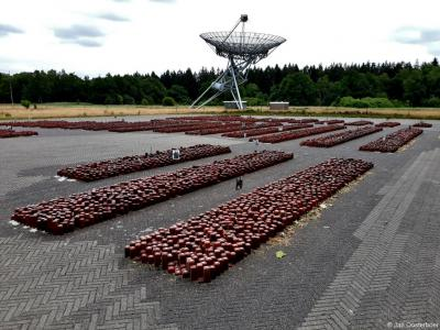 Op de appelplaats van het voormalige kamp Westerbork in Hooghalen wordt sinds 1992 in de vorm van rechtopstaande stenen eer betoond aan de 102.000 mensen uit ons land die door het Nazi-regime zijn vermoord. Zie http://www.drentheindeoorlog.nl/?aid=523