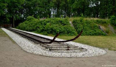 Nationaal Monument Westerbork ligt op de plaats waar de spooraansluiting vanuit Hooghalen in het Kamp Westerbork eindigde en vanwaar de treinen naar de vernietigingskampen vertrokken. Zie verder https://nl.wikipedia.org/wiki/Nationaal_Monument_Westerbork