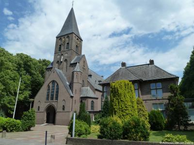De buurtschap Hooglanderveen wordt een dorp door de bouw van de St. Josephkerk in 1918, in 1923 gevolgd door de St. Josephschool.