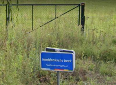 De Hooidonkse Beek vormt hier de grens tussen het Breugelse en Nederwettense deel van buurtschap Hooidonk, en mondt hier uit in de Dommel. (© van deze foto en de drie hierboven: Google StreetView)