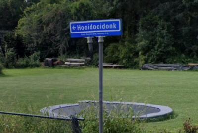 Toen we met Google Streetview hier virtueel rondkeken, leek hier Hooidooidonk te staan. Drukfoutje? Nee, hier zijn twee shots niet helemaal strak aan elkaar gemonteerd.
