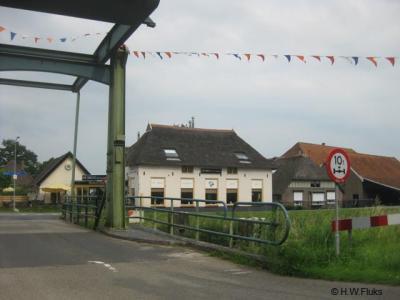 Buurtschap Hoorn gem. Heerde. De brug over het Apeldoorns Kanaal met zicht op café-restaurant De Brug aan de O kant van het kanaal.