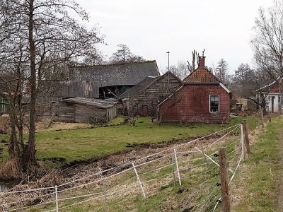 Onder het kopje Beeld vind je een mooie fotoreportage van dit vervallen huisje met vervallen schuren aan de Hoornsedijk in de gelijknamige buurtschap (© Harry Perton/https://groninganus.wordpress.com)