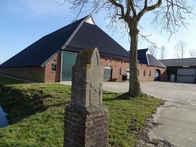 Boerderderij nabij Hornhuizen, met art déco dampaal (© Harry Perton / https://groninganus.wordpress.com)