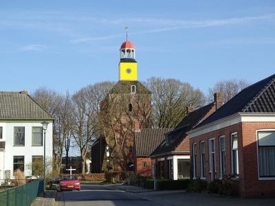 Hornhuizen is al van verre te herkennen aan de kleurrijke, koepelvormige lantaarntoren, nog altijd een baken voor de scheepvaart op de Waddenzee. (© Harry Perton / https://groninganus.wordpress.com/2021/02/21/rondje-kloosterburen)
