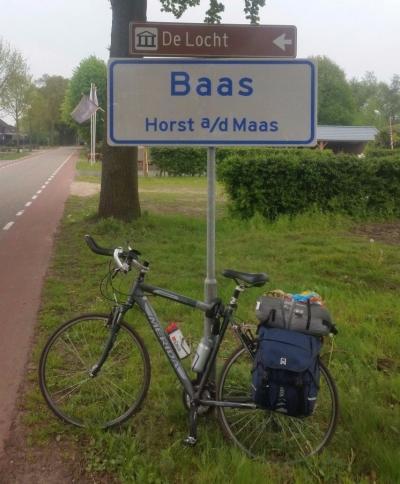 Gaat gemeente Horst aan de Maas dan eindelijk plaatsnaamborden plaatsen bij haar buurtschappen? Helaas: het blijkt de wisseltrofee van het jaarlijkse evenement 'Baas van Horst aan de Maas'. (©  Robin Smolders / http://robinfietst.nl)