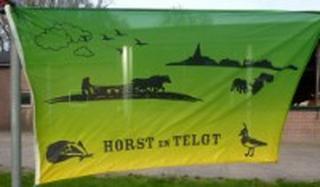 De buurtschappen Horst en Telgt hebben ook een gezamenlijke, mooie vlag laten maken. Inwoners kunnen die bestellen. Dus bij feestelijke gelegenheden zullen de buurtschappen daar ongetwijfeld mee versierd worden.