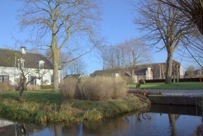 Buurtschap Houtdijk, boerderij met fraaie voortuin (© Jan Dijkstra, Houten)