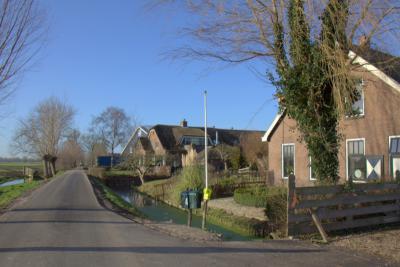 Nog meer boerderijen in de buurtschap Houtdijk. In de voorste is recentelijk een woonzorgboerderij en zorgboerderij voor dagbesteding gerealiseerd (voor nadere informatie zie het kopje Links). (© Jan Dijkstra, Houten)