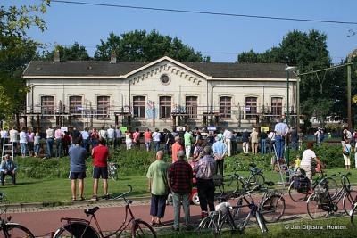 Houten, in 2007 is het oude NS-station, uit 1868, op wielen gezet en verplaatst omdat het in de weg stond i.v.m. de spoorverdubbeling. Dat spectaculaire gebeuren trok uiteraard veel bekijks.