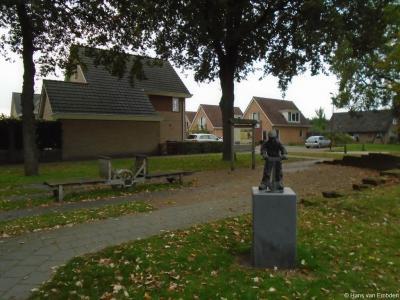 Buurtschap Hulsen, brinkje aan de G.H. Kappertstraat met o.a. het beeld van de Turfsteker.