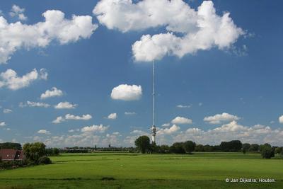 Maar ook overdag en door het jaar heen is de toren al van verre te zien. Hier vanaf de Lekdijk, met IJsselstein op de achtergrond.