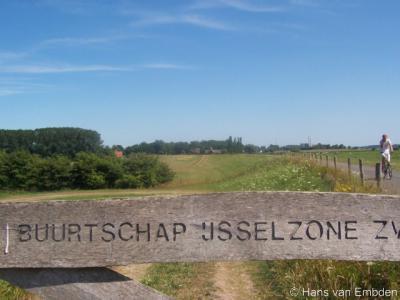 Van 2003 t/m 2015 was er de 'buurtschap IJsselzone' als samenwerkingsverband van de buurtschappen Spoolde en Schelle-Oldeneel. Per 2016 is de 'buurtschap' opgeheven. Zie verder het kopje Recente ontwikkelingen. Als aandenken is er nog dit hek...