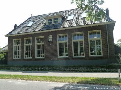 Buurtschap IJzerlo heeft 1 rijksmonument, zijnde de voormalige Openbare Lagere School op Dinxperlosestraatweg 125 uit 1914. Het pand verkeert nog grotendeels in oorspronkelijke staat en is tegenwoordig in gebruik als atelier.
