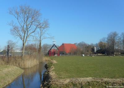 In buurtschap It Fliet staat sinds 1879 een Menno Simons-monument. Van 1828-1876 stond hier een Doopsgezind kerkje. Nadien ging men verder in Witmarsum. Ter herinnering aan het kerkje staat er nu een kunstwerk: een metalen skelet dat het kerkje uitbeeldt.