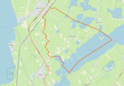 It Heidenskip - binnen de oranje lijn - is de naam van het omvangrijke buitengebied tussen Workum en De Fluezen. Vanouds viel het deels onder Workum, Oudega en Nijega. Pas in 1979 is het een zelfstandig dorp geworden, onder de naam It Heidenskip.