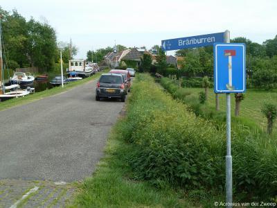 Brandeburen, tegenwoordig Brânburren geheten, is de oude dorpskern van het dorp dat tegenwoordig It Heidenskip heet. Gelukkig staan de huisnrs. erbij zodat je niet de verkeerde kant inrijdt. Dat is handig omdat beide kanten doodlopen.