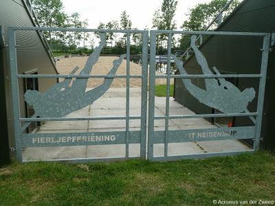 Bij liefhebbers van fierljeppen (polsstokverspringen) is het dorp bekend vanwege Fierljepferiening It Heidenskip.