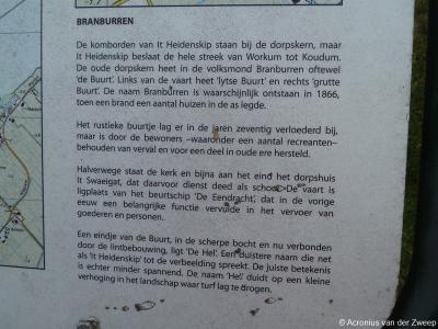 In de oude lintbebouwing van It Heidenskip, Brânburren (voorheen: Brandeburen) staat een informatiepaneel dat je vertelt over verleden en heden van dit rustieke buurtje.