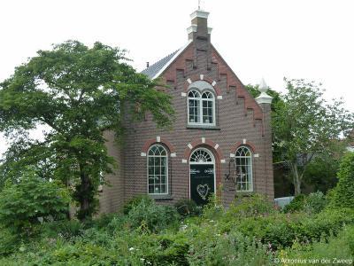 De voormalige Gereformeerde kerk van It Heidenskip (Heidenskipsterdyk 28) dateert uit 1915. De kerk is in 1985 aan de eredienst onttrokken en verbouwd tot woonhuis.