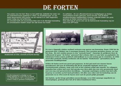 Informatiepaneel 2 aan de wandelroute in buurtschap It Súd vertelt over de geschiedenis van de 'forten', zoals de twee blokjes van vier woningen die hier hebben gestaan, wegens hun aanvankelijke gelijkenis met forten, in de volksmond werden genoemd.