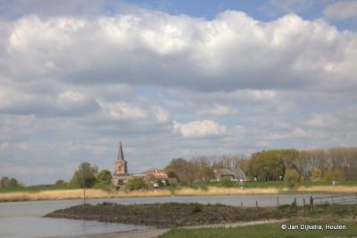 Jaarsveld, mooi gelegen aan de overzijde van de rivier de Lek, gezien vanaf de uiterwaarden bij buurtschap Achthoven onder Lexmond in de Vijfheerenlanden.