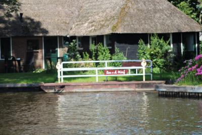 Tot 1994 heeft Ron van der Werf in buurtschap Jonen met dit pontje met aanhangmotor per keer max. 6 personen overgezet. In dat jaar is het pontje vervangen door de huidige pont, waarop plaats is voor 24 personen. (© Gerda en Leen Louwerse)