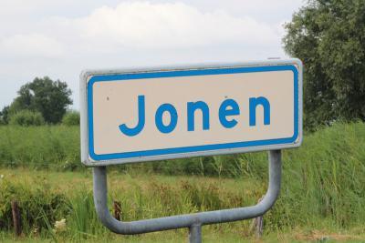 Jonen is een van de zeer weinige buurtschappen in ons land die (voor niet-inwoners) niet per auto te bereiken zijn. Je kunt deze zeer idyllische buurtschap alleen wandelend en fietsend bereiken, al dan niet ook nog via een pontje. (©Gerda en Leen Louwers)