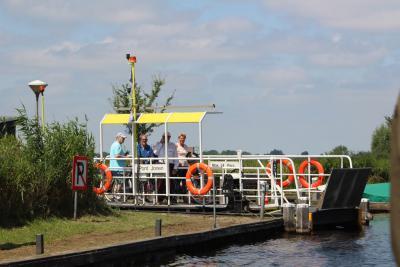 Als je uit het W komt, kun je er alleen komen via de Pont Jonen, die kennelijk 24 personen kan meenemen. Moeten ze zo te zien wel hun buik inhouden. :-) In de wintermaanden is er een zelfbedieningskabelpontje. Touwtrekken dus! (© Gerda en Leen Louwerse)
