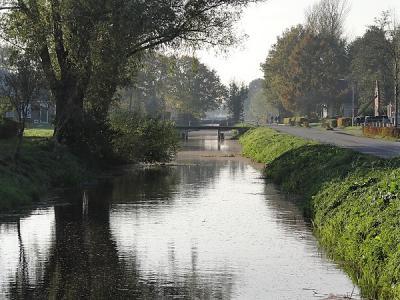 De Jonkersvaart waar het gelijknamige dorp naar genoemd is, gezien in de richting van buurdorp De Wilp. (© Harry Perton/https://groninganus.wordpress.com)