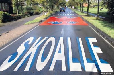 In Schurega werd te hard gereden op de N380 en N392, ook bij de Mr. J.B. Kanschool. Daarom zijn in 2013 symbolen en de tekst 'Skoalle' op de weg geschilderd om de automobilisten te stimuleren hun snelheid af te remmen.
