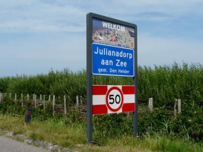 Met fraaie bebording worden bezoekers welkom geheten in de badplaats Julianadorp aan Zee. Voor de postadressen valt de badplaats onder het dorp Julianadorp. (© H.W. Fluks)