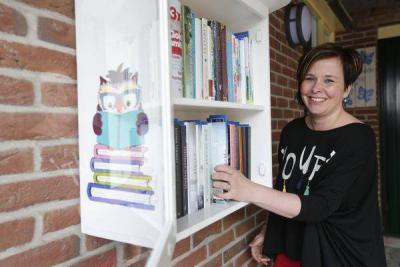 Mooi initiatief! Minibieb Mustreadsornot van Moon in Julianadorp, waar je een boek uit kunt meenemen om te lezen. Als je hem uit hebt, kun je hem terugplaatsen of aan een ander doorgeven, en er evt. nog een ander boek bij zetten dat je zelf over hebt.