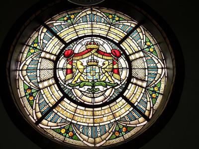 Prachtig glas-in-loodraam in de Ontmoetingskerk (voorheen Julianakerk) in Julianadorp, geschonken door mr. Pieter Loopuyt bij de inwijding van de kerk op 30 april 1910, ter herdenking van de stichting van het dorp in 1909. (© Ronald Kinderman)