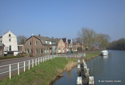 Als we van Nieuwegein komen is dit het eerste wat we zien van het 'dorp in de stad' Jutphaas, mooi gelegen aan het Merwedekanaal