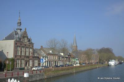 Jutphaas, gezien vanaf de brug over het Merwedekanaal, we zien ook nog het oude gemeentehuis