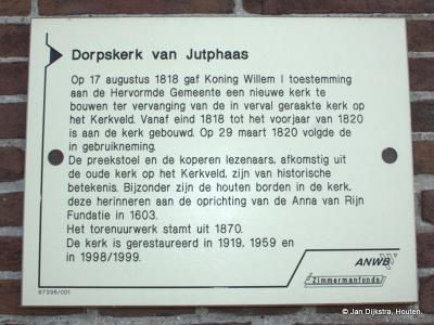 Aan de gevel van de Dorpskerk in Jutphaas kun je lezen wat er zo bijzonder aan is