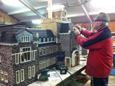 Melkveehouder Joop Koers op het Kampereiland bouwt al sinds 1988 aan zijn 'Madurodam van Kampen' met inmiddels meer dan 300 natuurgetrouw nagebouwde objecten in schaal 1 op 10. Op de foto is hij anno 2016 bezig met het vroegere Stadsziekenhuis van Kampen.