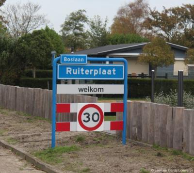 De meeste bungalowparken in Kamperland hebben blauwe plaatsnaamborden met de eigen naam, zoals hier Ruiterplaat, waardoor het voor de voorbijganger een plaatsnaam lijkt. Logischer zou zijn een blauw bord Kamperland met een wit bord Ruiterplaat er onder.
